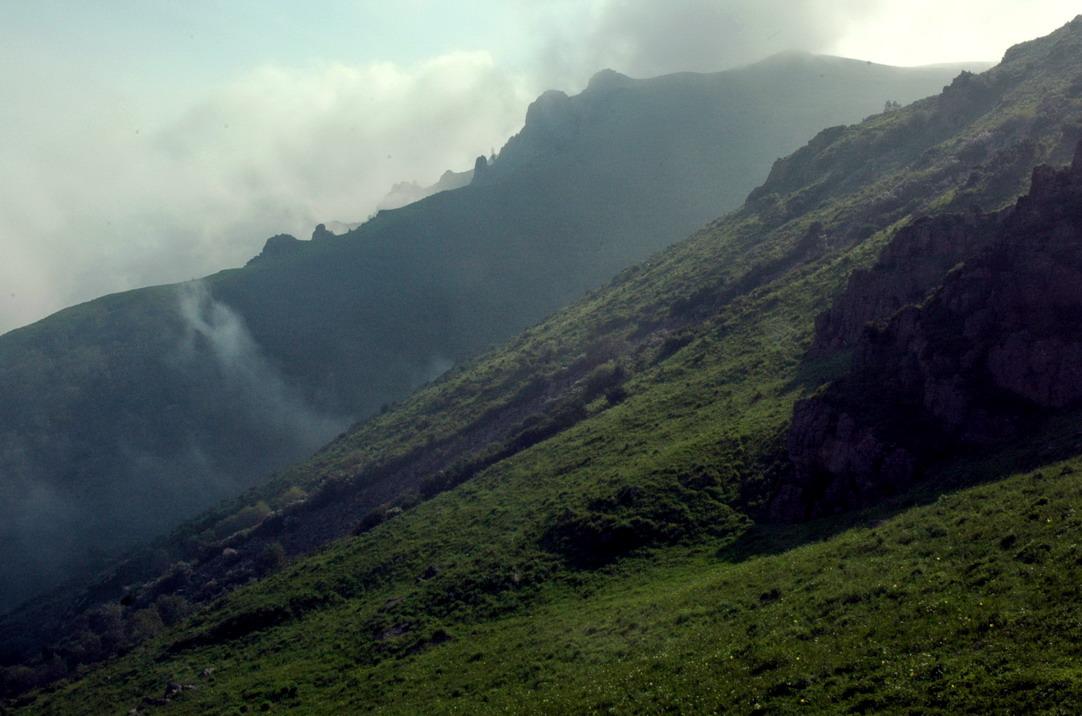 东灵山风景区面积60平方公里,位于河北省琢鹿县矾山镇,北靠官厅湖,南